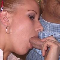 Milf zuigt aan penis
