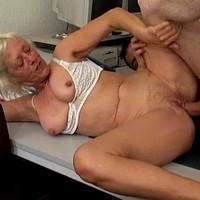 Oma neukt met jongen