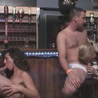 Pijpende snollen in club